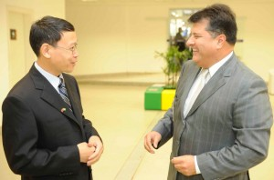 pan-faming-diretor-do-grupo-china-trade-center-e-helvio-roberto-pompeo-madeira-presidente-da-fcem-bjpg2